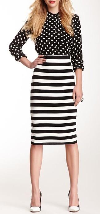 Comment porter: chemise de ville á pois noire et blanche, jupe crayon à rayures horizontales blanche et noire, escarpins en cuir blancs et noirs