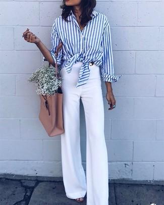 Comment porter: chemise de ville à rayures verticales blanc et bleu, pantalon flare blanc, sac fourre-tout en cuir marron clair