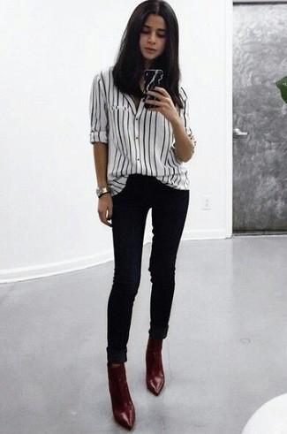 Comment porter: chemise de ville à rayures verticales blanche et noire, jean skinny noir, bottines en cuir bordeaux