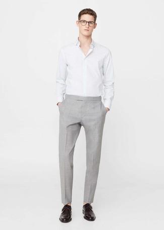 Comment porter: chemise de ville à rayures verticales blanche, pantalon de costume gris, monks en cuir marron foncé