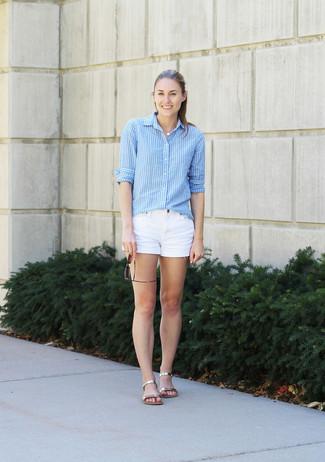 Comment porter: chemise de ville à rayures verticales bleu clair, short en denim blanc, sandales plates en cuir dorées