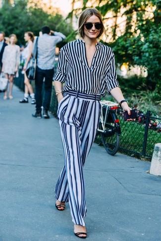 Tenue de Olivia Palermo: Chemise de ville à rayures verticales bleu marine, Pantalon large à rayures verticales bleu clair, Sandales à talons en daim noires