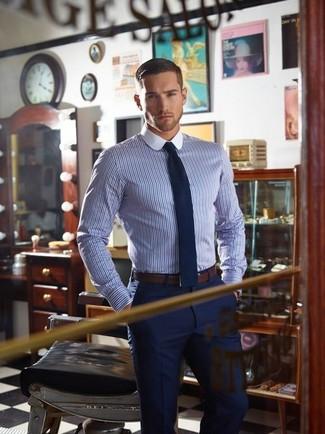 Comment porter: chemise de ville à rayures verticales blanc et bleu, pantalon de costume bleu marine, cravate en laine bleu marine, ceinture en cuir marron foncé