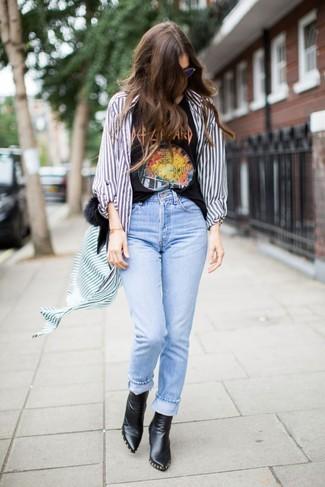 Comment porter: chemise de ville à rayures verticales blanc et bleu, t-shirt à col rond imprimé noir, jean bleu clair, bottines en cuir noires