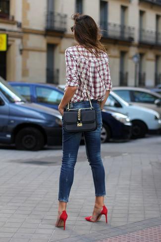 Comment porter: chemise de ville écossaise blanc et rouge, jean skinny bleu marine, escarpins en daim rouges, sac bandoulière en cuir noir
