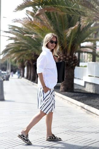 b55c3b6d36 Comment porter: chemise de ville blanche, bermuda à rayures verticales blanc,  espadrilles imprimées