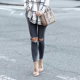 Comment porter: chemise de ville à carreaux blanche et noire, jean skinny déchiré gris foncé, sandales à talons en daim beiges, sac bandoulière en cuir gris