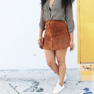 Comment porter: chemise de ville à rayures verticales blanche et noire, jupe boutonnée en daim marron, baskets basses en toile blanches, sac bandoulière en cuir marron