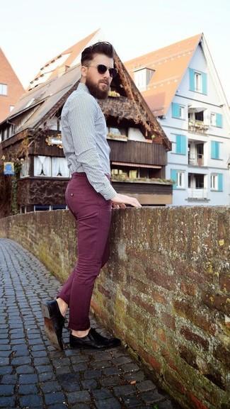 Comment porter: chemise de ville à rayures verticales blanche et noire, pantalon chino bordeaux, chaussures derby en cuir noires, lunettes de soleil marron foncé