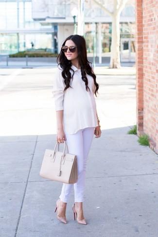 Comment porter: chemise de ville en soie blanche, jean blanc, escarpins en cuir beiges, sac fourre-tout en cuir beige