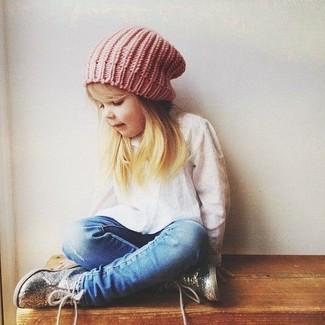 Comment porter: chemise de ville blanche, jean bleu, baskets argentées, bonnet rose