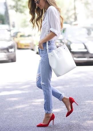 Comment porter: chemise de ville blanche, jean déchiré bleu clair, escarpins en cuir rouges, sac bourse en cuir blanc