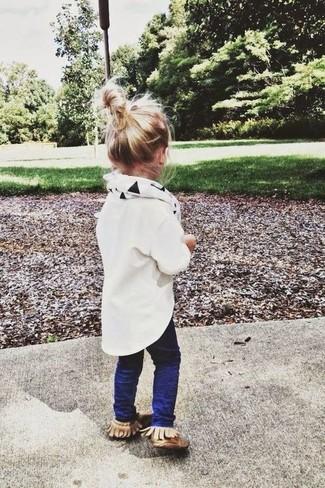 Comment porter: chemise de ville blanche, jean bleu marine, bottes ugg marron clair, écharpe blanche