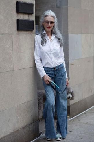 Comment porter: chemise de ville blanche, jean flare bleu, chaussures de sport vert menthe