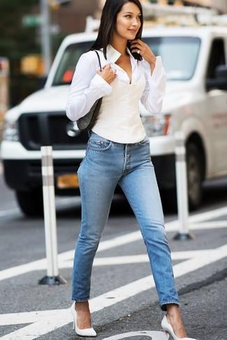 Comment porter: chemise de ville blanche, jean skinny bleu clair, escarpins en cuir blancs, sac bandoulière en daim gris foncé