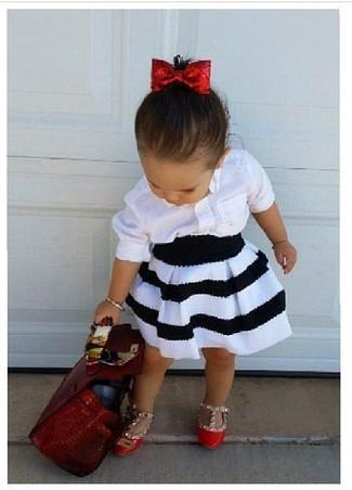 Comment porter: chemise de ville blanche, jupe blanche et noire, ballerines rouges