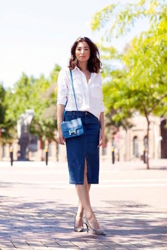 Comment porter: chemise de ville blanche, jupe crayon en denim bleu marine, escarpins en cuir à rayures horizontales blancs et noirs, sac bandoulière en cuir bleu