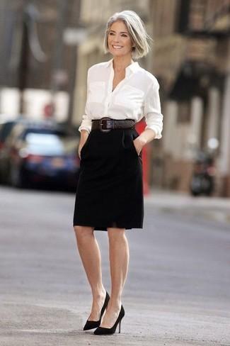 Comment porter: chemise de ville blanche, jupe crayon noire, escarpins en daim noirs, ceinture serre-taille en cuir marron foncé