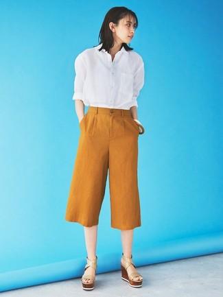 Comment porter: chemise de ville blanche, jupe-culotte tabac, sandales compensées en cuir beiges