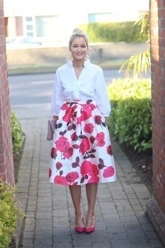 Comment porter: chemise de ville blanche, jupe évasée à fleurs blanc et rose, escarpins en cuir fuchsia, pochette en cuir rose