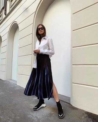 Comment porter: chemise de ville blanche, jupe mi-longue à rayures verticales noire, chaussures de sport noires et blanches