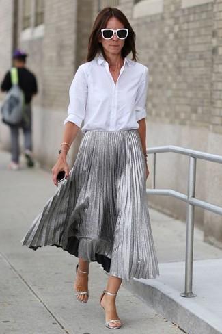 Comment porter des sandales à talons en cuir argentées après 40 ans: Pense à marier une chemise de ville blanche avec une jupe mi-longue plissée argentée pour achever un look habillé mais pas trop. Complète ce look avec une paire de des sandales à talons en cuir argentées.