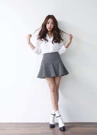 Comment porter: chemise de ville blanche, jupe patineuse grise, escarpins en cuir noirs, chaussettes blanches