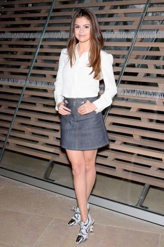 Tenue de Selena Gomez: Chemise de ville blanche, Minijupe en denim grise, Bottines en cuir imprimées serpent grises
