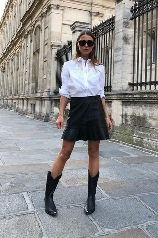 Comment porter: chemise de ville blanche, minijupe en cuir noire, bottes western en cuir noires, lunettes de soleil noires
