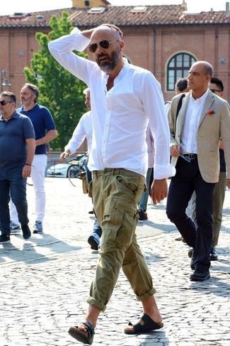 Comment porter: chemise de ville blanche, pantalon cargo olive, sandales en cuir noires, lunettes de soleil marron foncé