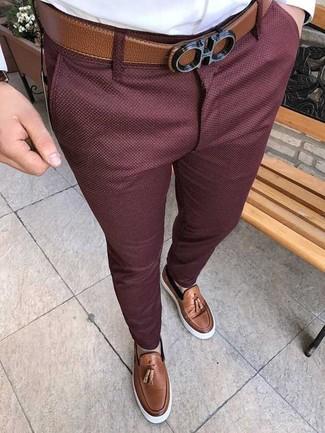 Comment porter: chemise de ville blanche, pantalon chino bordeaux, mocassins à pampilles en cuir marron, ceinture en cuir marron
