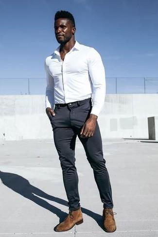 Comment porter des bottines chukka en daim marron: Pense à associer une chemise de ville blanche avec un pantalon chino gris foncé pour achever un look habillé mais pas trop. D'une humeur créatrice? Assortis ta tenue avec une paire de des bottines chukka en daim marron.