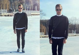 Comment porter: chemise de ville blanche, pantalon chino noir, chaussures de sport bleu marine