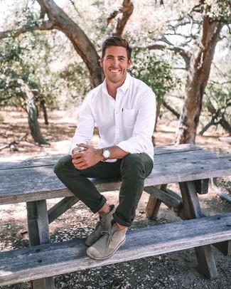 Comment porter: chemise de ville blanche, pantalon chino vert foncé, bottines chukka en daim grises, montre en cuir marron