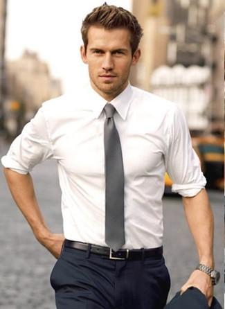 Tenue  Chemise de ville blanche, Pantalon de costume bleu marine, Cravate  grise, Ceinture en cuir noire   Mode hommes   Lookastic France 091b48d88dd