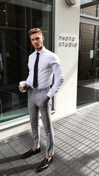 Comment porter une chemise de ville blanche: Quelque chose d'aussi simple que d'opter pour une chemise de ville blanche et un pantalon de costume écossais gris peut te démarquer de la foule. Assortis ce look avec une paire de des mocassins à pampilles en cuir noirs.