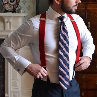 Comment porter: chemise de ville blanche, pantalon de costume noir, cravate à rayures verticales blanc et rouge et bleu marine, bretelles rouges