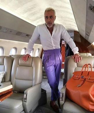 Comment porter: chemise de ville blanche, pantalon de costume violet, slippers en daim marron foncé, sac fourre-tout en cuir orange