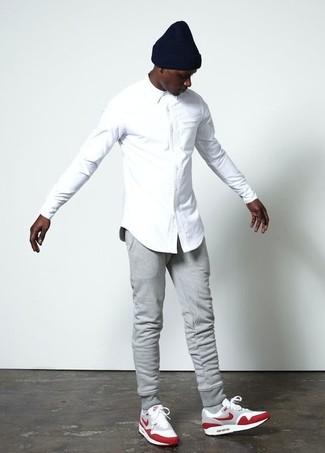 Comment porter: chemise de ville blanche, pantalon de jogging gris, chaussures de sport en daim rouges, bonnet noir