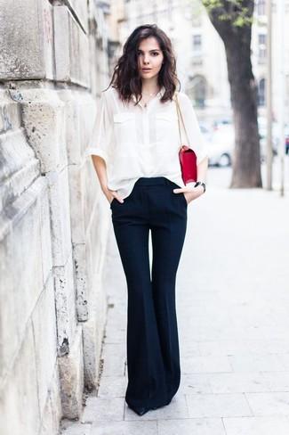 L'association d'une chemise de ville en soie blanche et d'un pantalon flare bleu marine See by Chloe est parfaite pour une soirée ou les occasions chic et décontractées. Termine ce look avec une paire de des escarpins en cuir noirs.