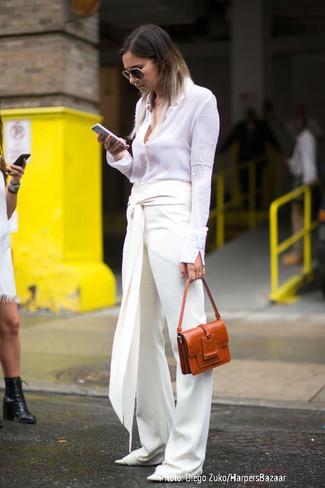 Comment porter: chemise de ville blanche, pantalon large blanc, ballerines en cuir blanches, cartable en cuir tabac
