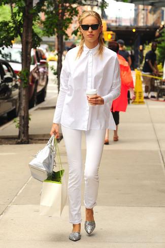 Comment porter: chemise de ville blanche, pantalon slim blanc, ballerines en cuir argentées, sac fourre-tout en cuir argenté