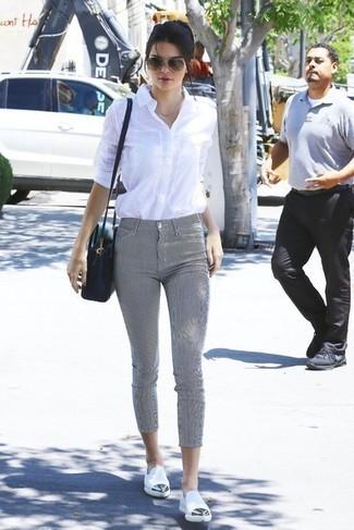 Comment porter  chemise de ville blanche, pantalon slim gris, slippers en  cuir blancs 36298932b1ff