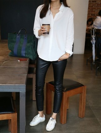 Comment porter: chemise de ville blanche, pantalon slim en cuir noir, baskets basses en cuir blanches, sac fourre-tout en daim vert foncé