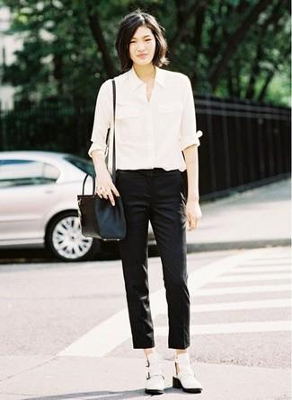 Comment porter: chemise de ville blanche, pantalon slim noir, bottines en cuir découpées blanches, sac bandoulière en cuir noir
