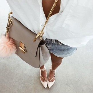 Comment porter: chemise de ville blanche, short en denim bleu clair, ballerines en cuir blanches, sac bandoulière en cuir gris