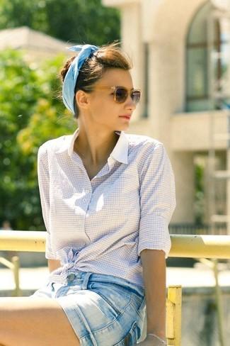 Comment porter: chemise de ville à carreaux blanche, short en denim bleu clair, lunettes de soleil marron foncé, bandeau en coton bleu clair