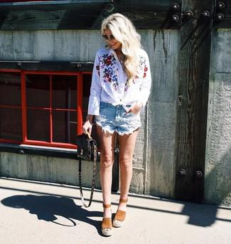 Comment porter: chemise de ville brodée blanche, short en denim déchiré bleu clair, sandales compensées en daim marron clair, sac bandoulière en cuir imprimé marron foncé