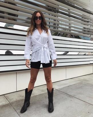 Comment porter des bottes western en cuir noires: Associe une chemise de ville blanche avec un short cycliste noir pour une tenue idéale le week-end. D'une humeur audacieuse? Complète ta tenue avec une paire de des bottes western en cuir noires.