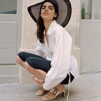 Comment porter: chemise de ville blanche, short cycliste noir, mules en cuir blanches, chapeau de paille noir